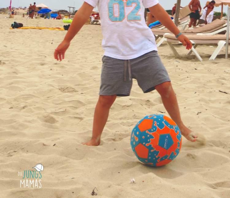 Fußball am Strand _ Die JungsMamas