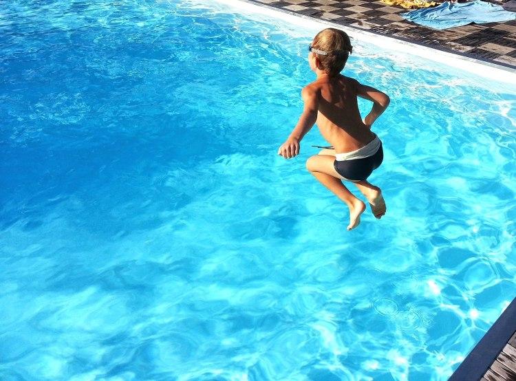Junge springt ins Wasser - pixabay