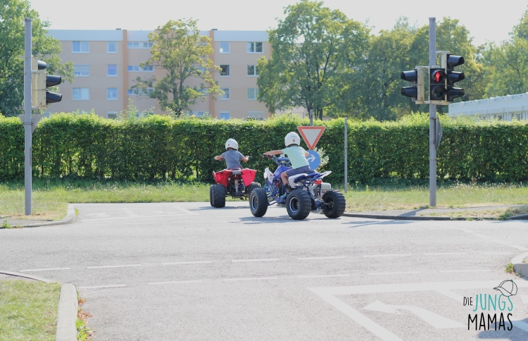 Kinder Quad fahren auf dem Verkehrsübungsplatz _ Die JungsMamas